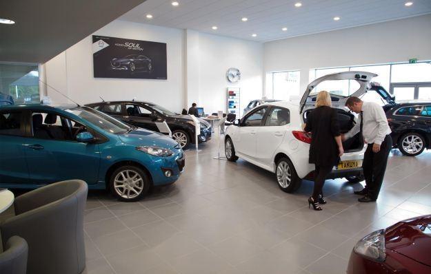 Sprzedaż nowych aut wziąż spada /