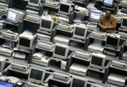 Sprzedaż nowych komputerów spadła /AFP