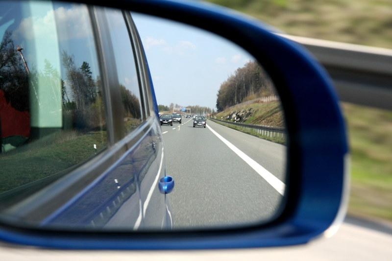 Sprzedaż nowych samochodów spadnie w tym roku o kilkadziesiąt procent /AFP