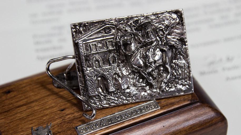 Srebrna płaskorzeźba ofiarowana przez papieża Franciszka /Materiały prasowe