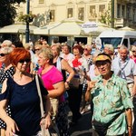 Srebrne chusty i kwiaty we włosach. Parada Seniorów w Łodzi