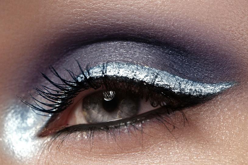 Srebrny eyeliner to prawdziwy hit jesieni /123RF/PICSEL