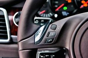 Srebrzysta łopatka służy do manualnej zmiany biegów zautomatyzowanej skrzyni PDK. /Motor