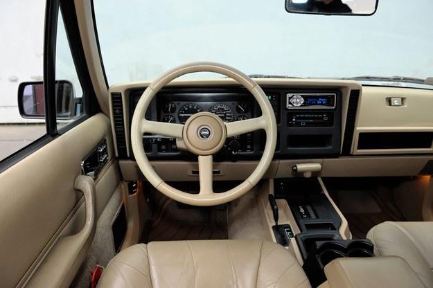 Średnio co drugi Cherokee ma skrzynię automatyczną. Na zdjęciu kanciaste wnętrze sprzed liftingu: do 1996 r. /Motor