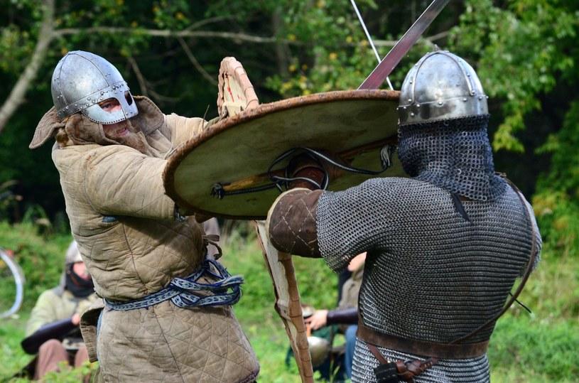 Średniowieczni wojowie nie przebierali w środkach podczas walki /Mariusz Gaczyński /East News
