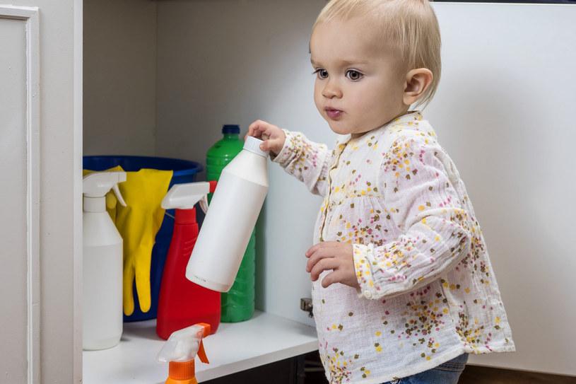Środki chemiczne powinniśmy trzymać z dala od dzieci /123RF/PICSEL