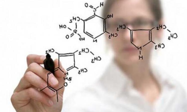 Środki chemiczne w płynie do dezynfekcji rąk /© Photogenica