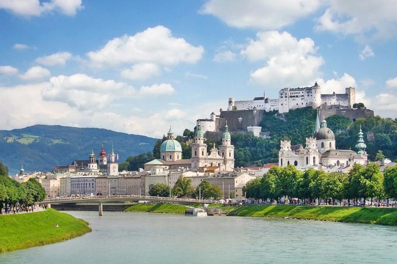 Środkiem Salzburga płynie rzeka Salzach. Po obu jej stronach ciągnie się popularna promenada. Tuż za nią – ciąg restauracji i otwartych do późna klubów /123RF/PICSEL