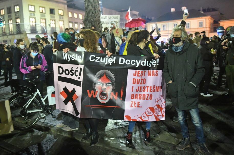 Środowy Strajk Kobiet na ulicach Warszawy / Radek Pietruszka   /PAP