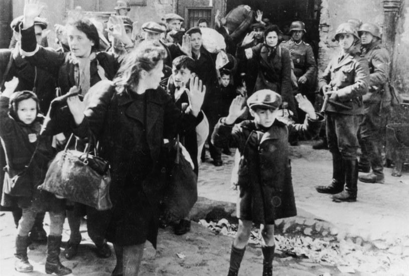 SS-mani wyprowadzają rodzinę ukrywającą się w bunkrze podczas powstania w gettcie warszawskim /Getty Images