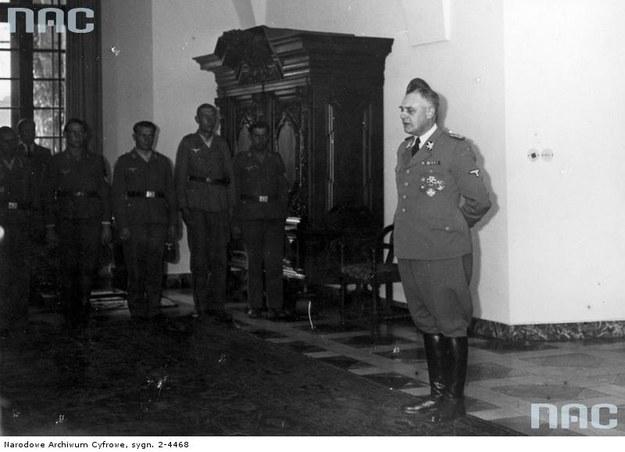 SS-Obergruppenfuhrer Wilhelm Koppe przemawia do członków niemieckiej służby pracy na Zamku Królewskim w Krakowie /Z archiwum Narodowego Archiwum Cyfrowego