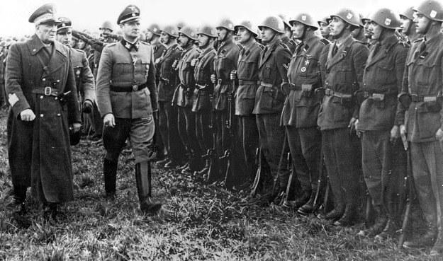 SS-Oberguppenführer Karl Wolff, dowódca SS i Policji we Włoszech i marszałek Rudolfo Graziani, głównodowodzący armii Włoskiej Republiki Socjalnej, dokonują przeglądu jednego z batalionów włoskiej dywizji SS. /Odkrywca