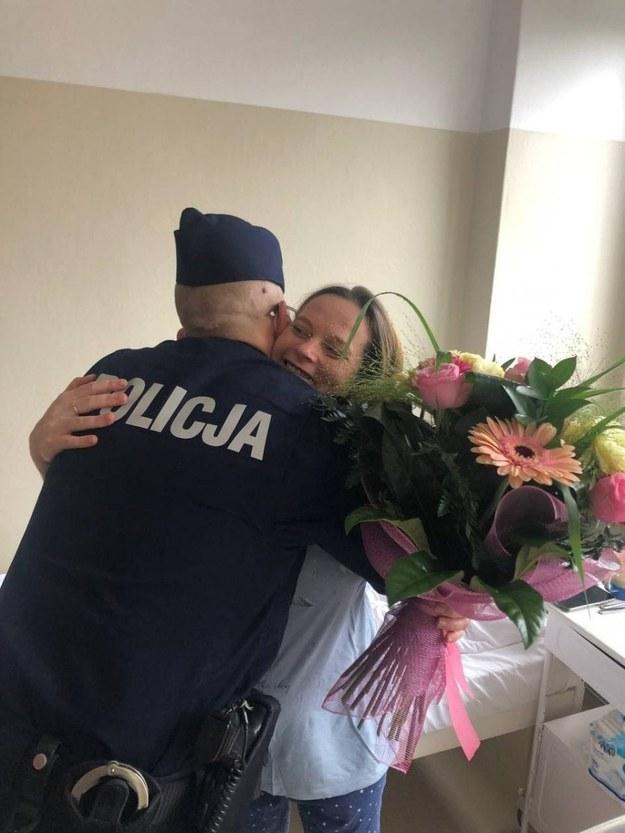 St. sierż. Ireneusz Iwańczyk i szczęśliwa mama /KPP Kozienice /Policja