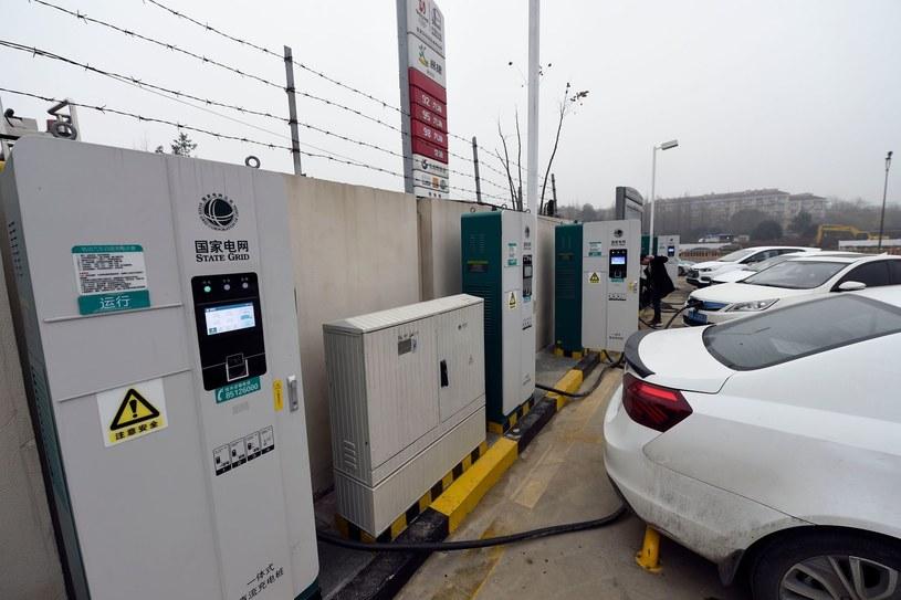 Stacja CNG. Paliwo to staje się popularne np. w Chinach /AFP