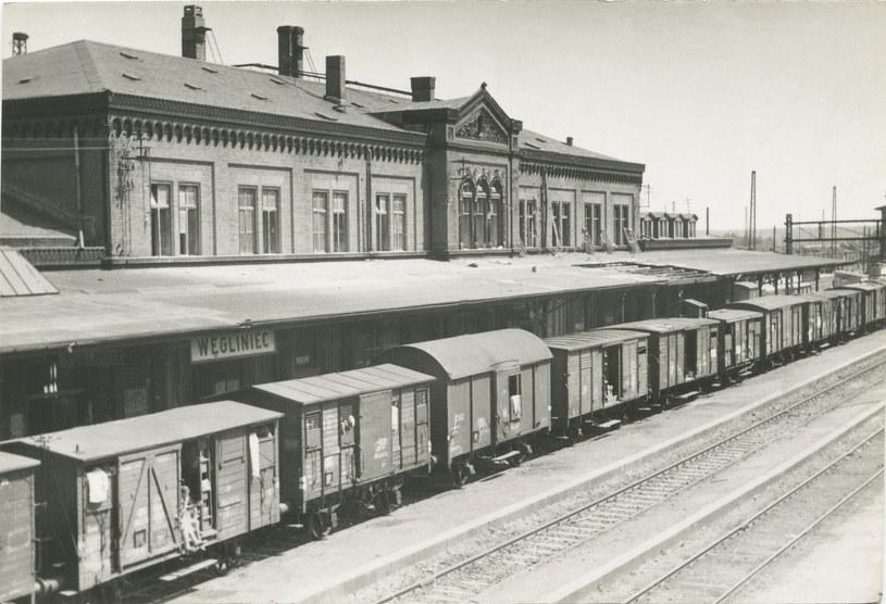 Stacja graniczna Węgliniec, 1945. Wagony towarowe z Niemcami wysiedlanymi z Dolnego Sląska. Reprodukcja FoKa/ /Agencja FORUM