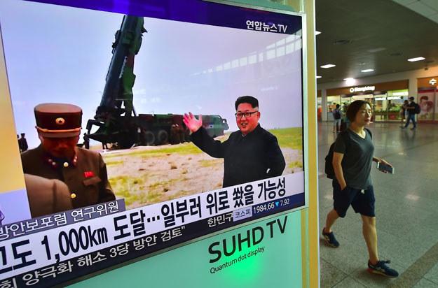 Stacja metra w Seulu: Na ekranie Kim Dzong Un obserwuje testy rakiet /AFP