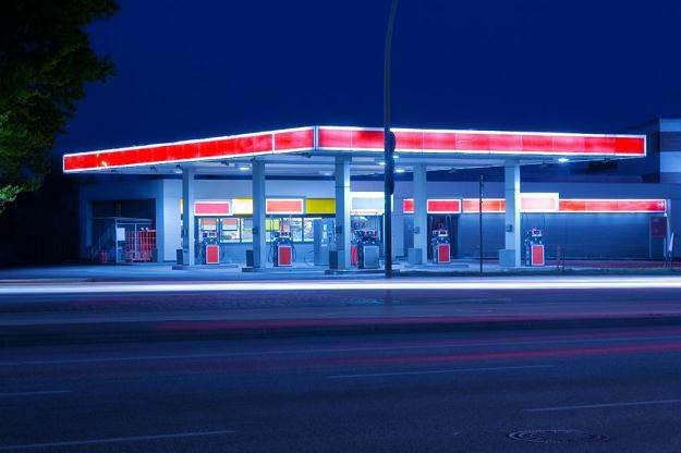 Stacje benzynowe zwykle akceptują płatności kartami /