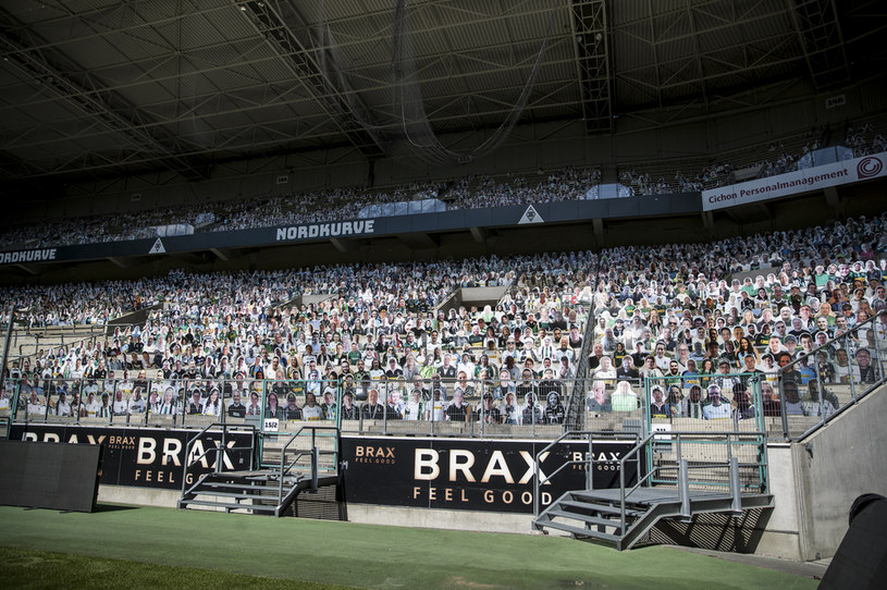 Stadion Borussii Moenchengladbach zapełniony przez tekturowych kibiców /Christian Verheyen /Getty Images