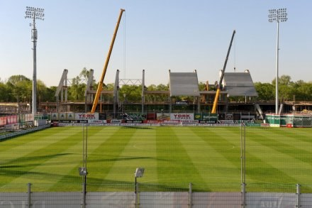 Stadion Legii rośnie jak na drożdżach. Na obiekt wjechał już ciężki sprzęt /Legia.com