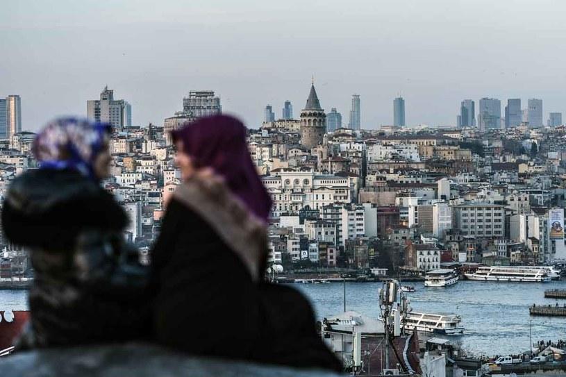 """""""Stambuł to miasto na wskroś nowoczesne, w którym jest mnóstwo klubów, wielu ludzi żyje tam po europejsku. Ale Stambuł też się brutalizuje"""" /AFP"""