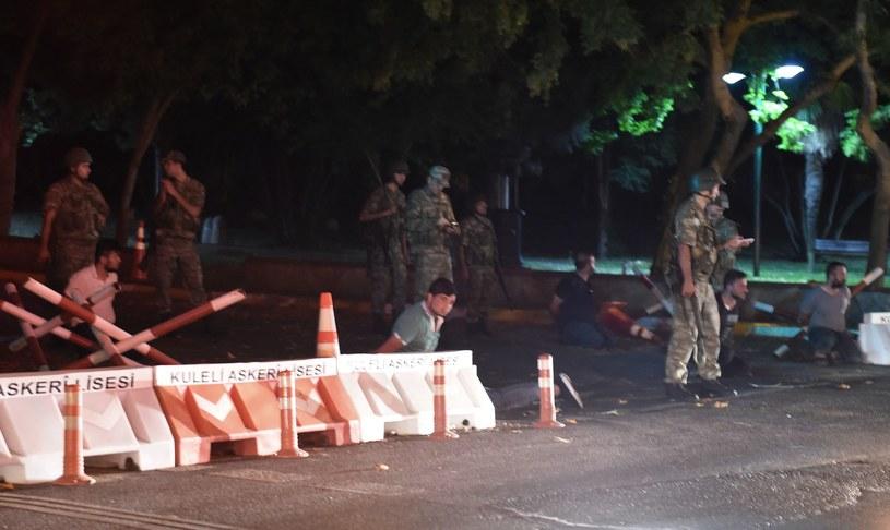 Stambuł: Tureccy żołnierze zatrzymali niezidentyfikowanych mężczyzn /BULENT KILIC /AFP