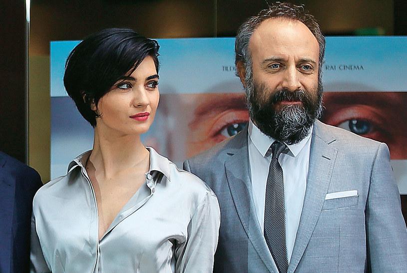 """""""Stambuł w czerwieni"""" wszedł na ekrany tureckich kin w marcu. Halitowi Ergençowi towarzyszy Tuba Büyüküstün (na zdj. oboje podczas pokazu we Włoszech). Ciekawe, czy zobaczymy tę produkcję także w Polsce? /Kurier TV"""