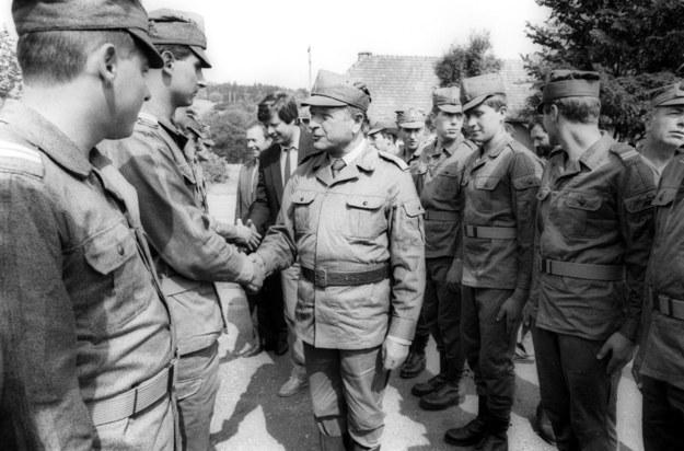 Stan wojenny, Czesław Kiszczak wizytuje oddziały wojskowe /Michał Kułakowski /Agencja FORUM