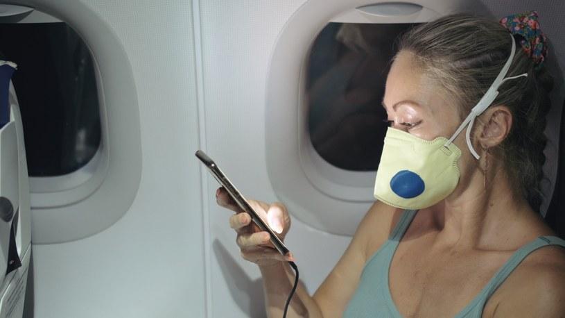 Standardem stało się obowiązkowe zakrywanie twarzy, wiele linii wprowadziło też nowe zasady wsiadania i wysiadania z samolotu /123RF/PICSEL