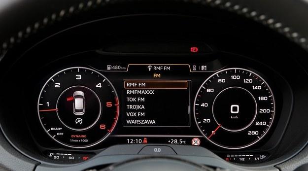 Standardowe prędkościomierz i obrotomierz, a między nimi np. dane o stacji radiowej. /Motor