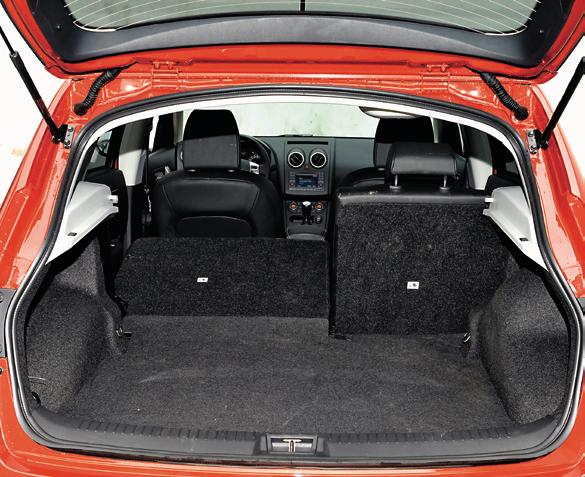 Standardowy Qashqai ma wystarczający, 410-litrowy bagażnik. Ale bez płaskiej podłogi po złożeniu kanapy. /Motor