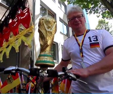 Stanik futbolu. Niemiecki kibic przygotował flagę z... kobiecej bielizny