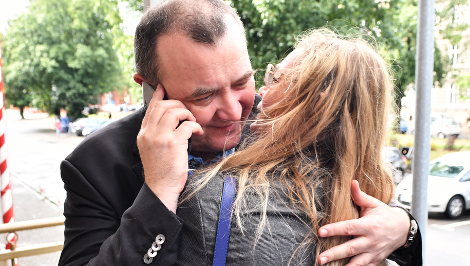 Stanisław Gawłowski wita się z żoną, po tym jak w lipcu został wypuszczony z aresztu / Marcin Bielecki    /PAP