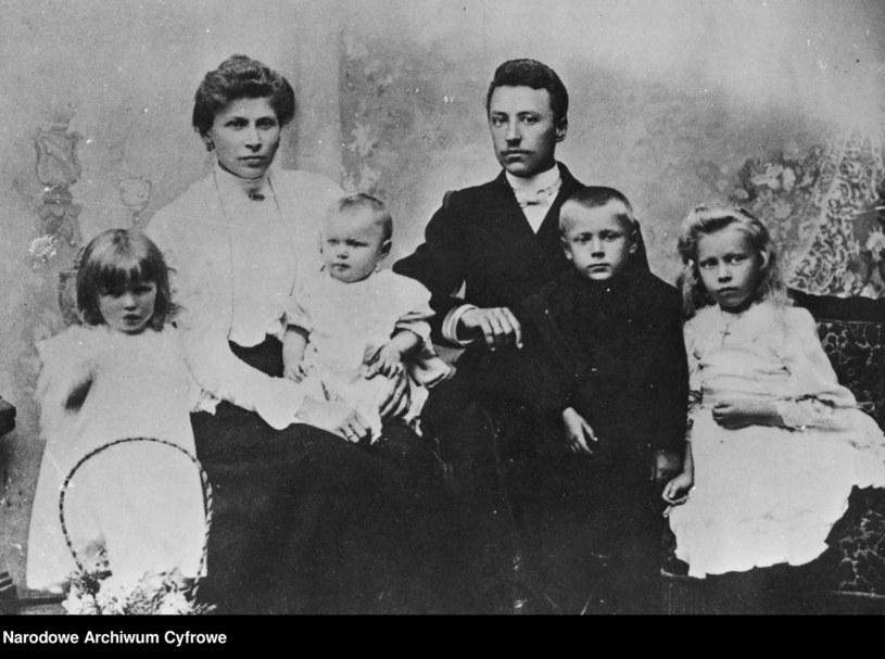 Stanisław i Julianna Wyszyńscy z dziećmi (od lewej): Stanisławą, Janiną, Stefanem (przyszłym prymasem) i Anastazją. /Z archiwum Narodowego Archiwum Cyfrowego