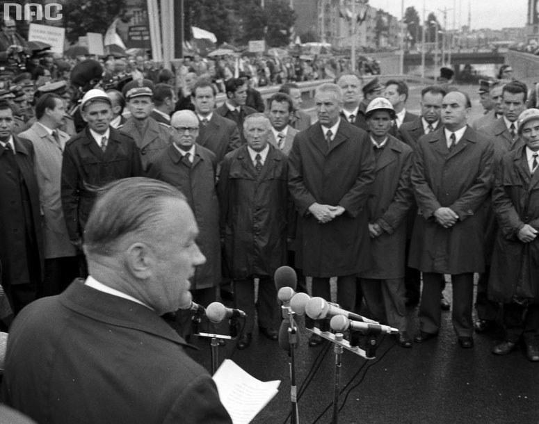 Stanisław Kania (drugi z prawej w drugim rzędzie) jeszcze za Edwardem Gierkiem /Z archiwum Narodowego Archiwum Cyfrowego