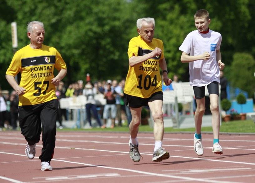 Stanisław Kowalski (w środku) bije rekord Europy na 100 m w kategorii stulatków /Piotr Zając /Reporter