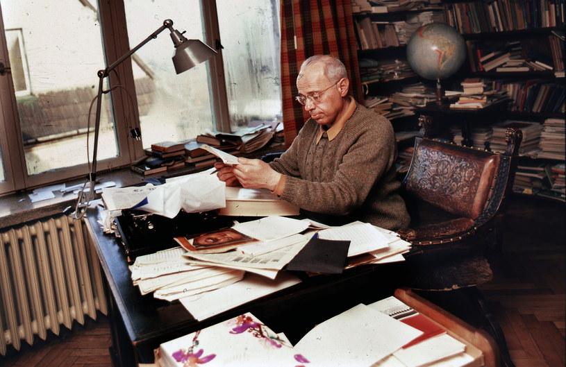 Stanisław Lem w swoim mieszkaniu w Krakowie, zdjęcie z 1975 roku.  Fot: Aleksander Jałosiński / Forum /Agencja FORUM