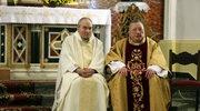 Stanisław Małkowski (L) oraz ks. Roman Kneblewski (P) w czasie mszy w intencji Ojczyzny i poległych za wolną Polskę, 11 bm., w kościele św. Barbary w Warszawie