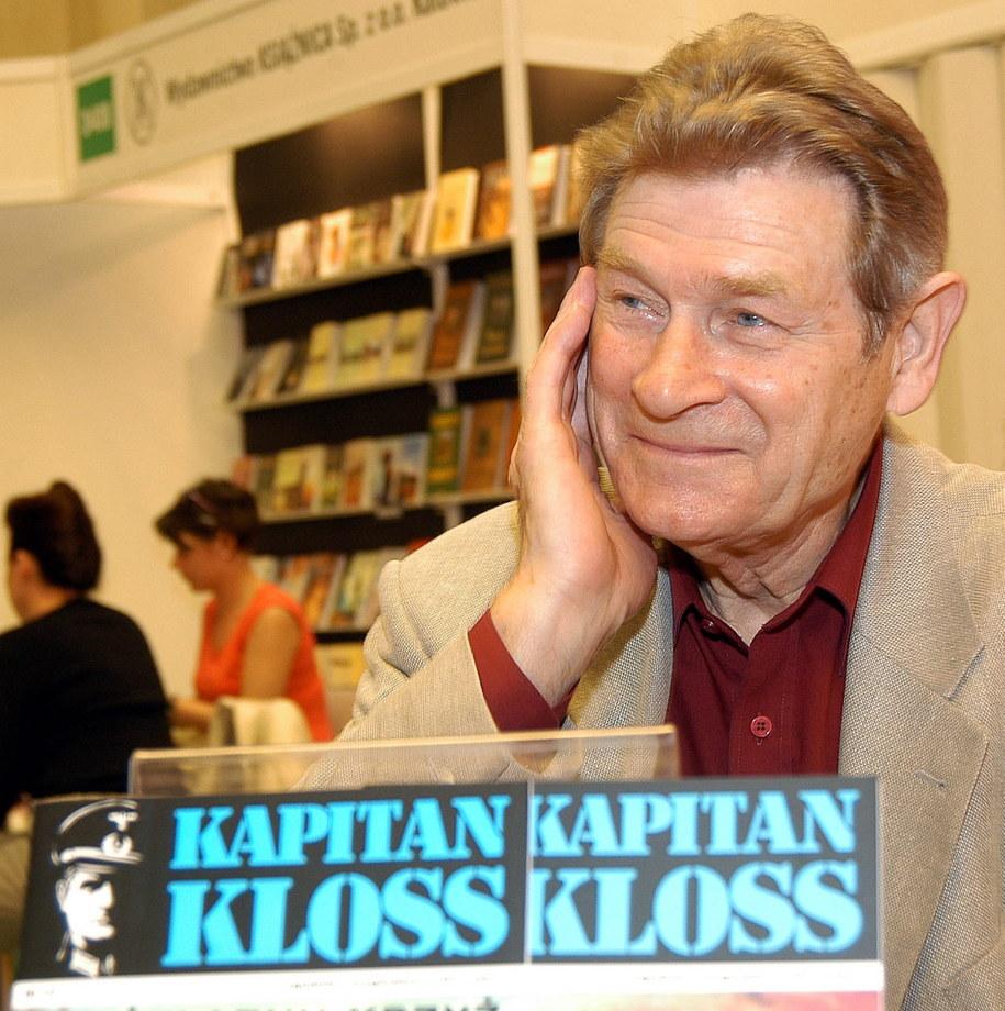 Stanisław Mikulski na zdjęciu archiwalnym z maja 2005 roku, podczas 50. Międzynarodowych Targów Książki w Warszawie /Andrzej Rybczyński  /PAP