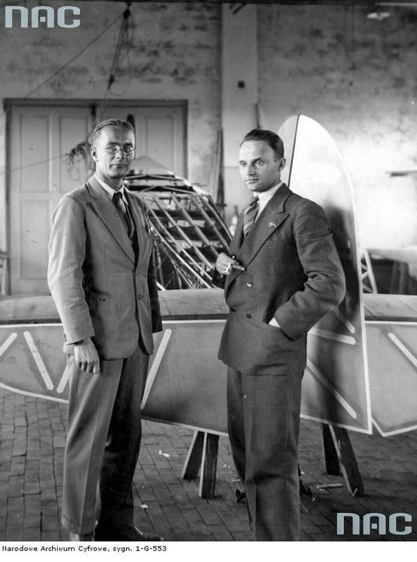 Stanisław Rogalski (po prawej) i Jerzy Drzewiecki (po lewej) - dwaj z trójki konstruktorów samolotów RWD /Z archiwum Narodowego Archiwum Cyfrowego