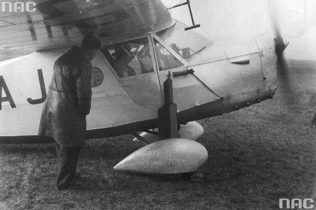 Stanisław Skarżyński w samolocie RWD-5 bis podczas startu /Z archiwum Narodowego Archiwum Cyfrowego