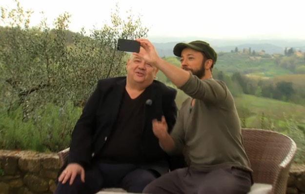 Stanisław Soyka i Czesław Mozil robią sobie pamiątkowe zdjęcie w Toskanii /