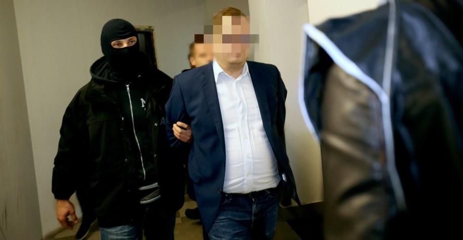 Stanisław Sz. wyprowadzany z sądu przez funkcjonariuszy ABW /PAP/Leszek Szymański /PAP