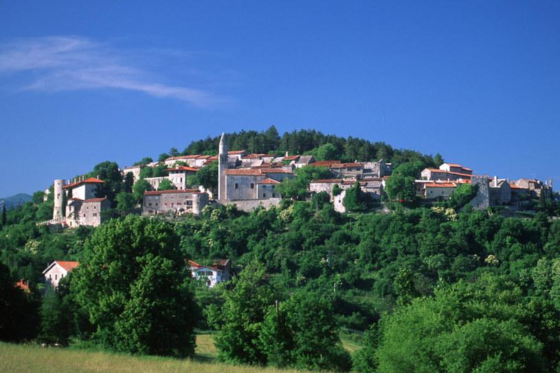 Štanjel to ciche miasteczko z własnym zamkiem, kościołem, winnicami, ogrodami Ferrair i targiem staroci /fot. Rainer Hackenberg /Agencja FORUM