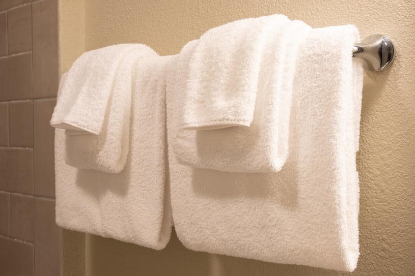 Staraj się, by ręczniki należące do różnych osób, nie stykały się ze sobą na wieszaku /123RF/PICSEL