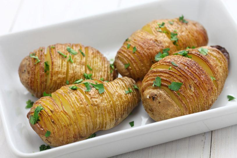 Staraj się ciąć ziemniaki na jak najcieńsze plasterki /123RF/PICSEL