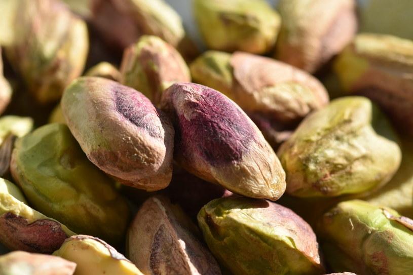 Staraj się często sięgać po orzechy np. pistacjowe /123RF/PICSEL