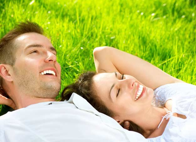 Staraj się nie myśleć o przykrościach i zadbać o to, by czuć się szczęśliwą teraz /123RF/PICSEL