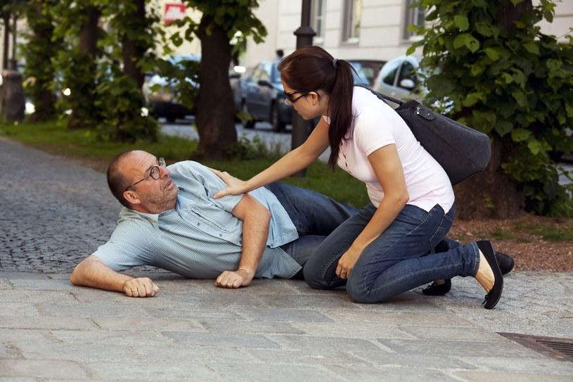 Staraj się uspokoić osobę, u której podejrzewany jest zawał, do przyjazdu karetki /123RF/PICSEL