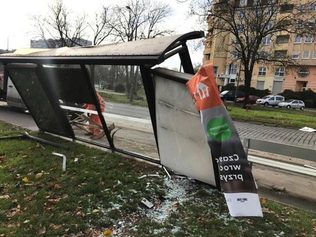 Staranowana wiata przystankowa we Wrocławiu /RMF