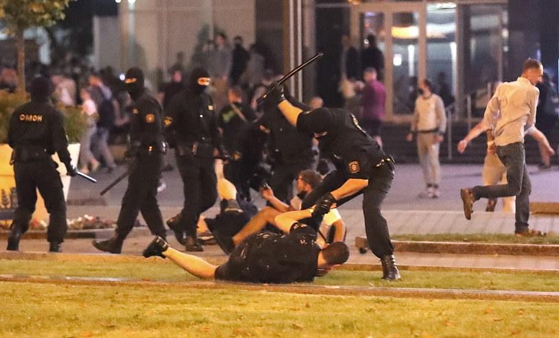 Starcia demonstrantów z milicją w Mińsku /TATYANA ZENKOVICH  /PAP